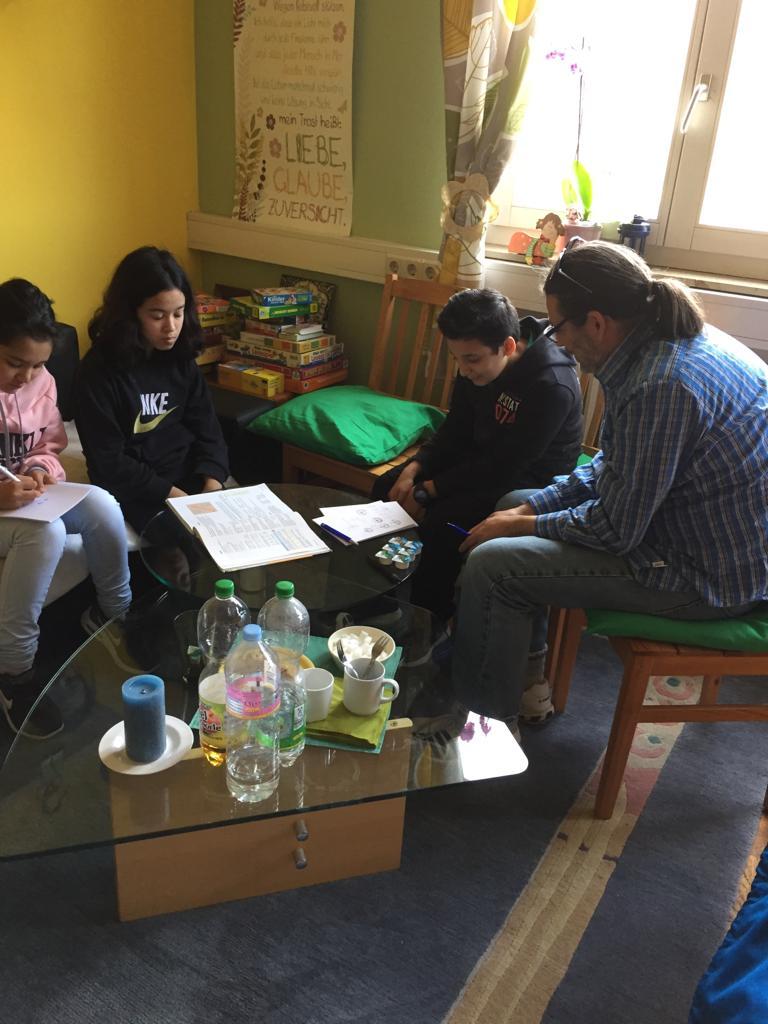 Kinder bei der Hausaufgabenbetreuung